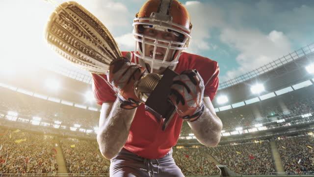 vídeos de stock e filmes b-roll de happy american football player - equipamento desportivo