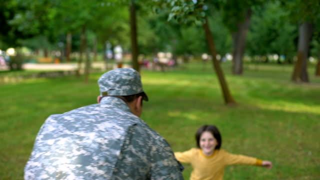 Glücklich amerikanischer Soldat umarmt Sohn, junge wehende Nationalflagge, Patriot Heimkehr – Video