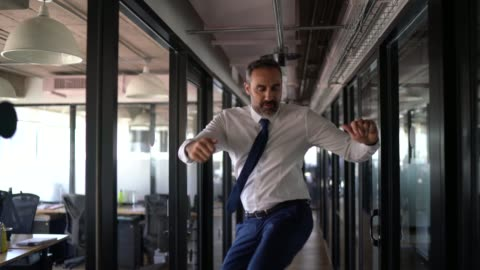 vídeos y material grabado en eventos de stock de hombre de negocios feliz y confiado bailando en la oficina - bailar