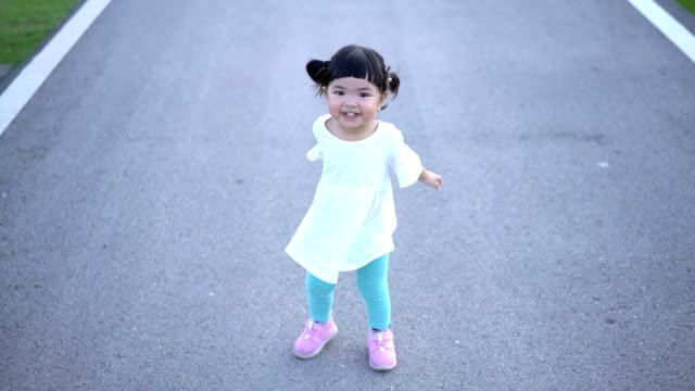 slomo 幸せなアジアの女の子をジャンプと拍手 - ヘルシーなライフスタイル点の映像素材/bロール