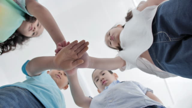 Happy asian group of children putting their hands together in classroom.Friendship,Celebration,Education,Children,Teamwork,Success,Volunteer,Leadership,Education,Back to school concept - vídeo