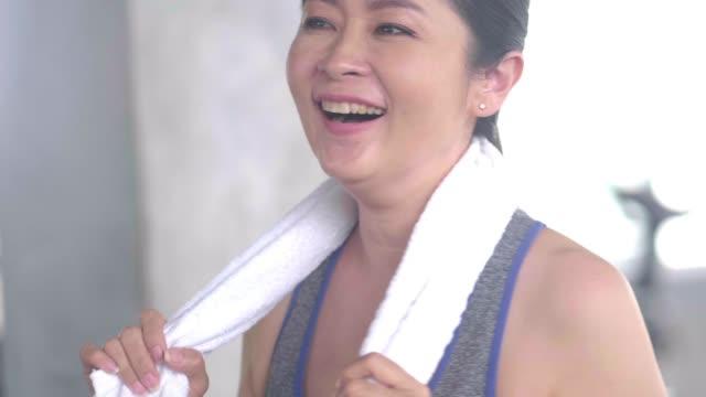 lycklig asiatisk mogen kvinna på gym - gym skratt bildbanksvideor och videomaterial från bakom kulisserna
