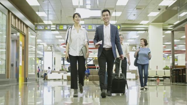 空港で旅行する幸せなアジアの人々 - 乗客点の映像素材/bロール