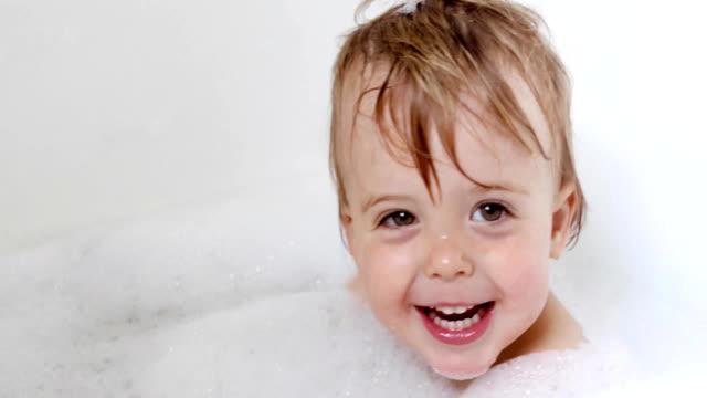 lycklig pojke skrattar och badar i badkar - baby bathtub bildbanksvideor och videomaterial från bakom kulisserna