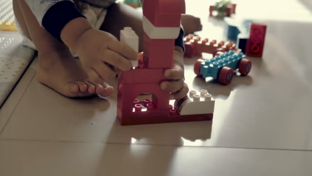 vídeos de stock e filmes b-roll de happy baby boy playing with blocks - bloco