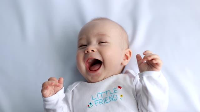 happy baby lachen, zeitlupe - menschlicher kopf stock-videos und b-roll-filmmaterial