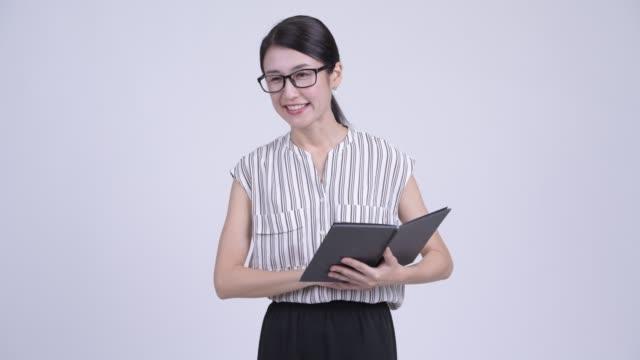 本と幸せな美しいアジアのビジネスウーマン - スタジオ 日本人点の映像素材/bロール