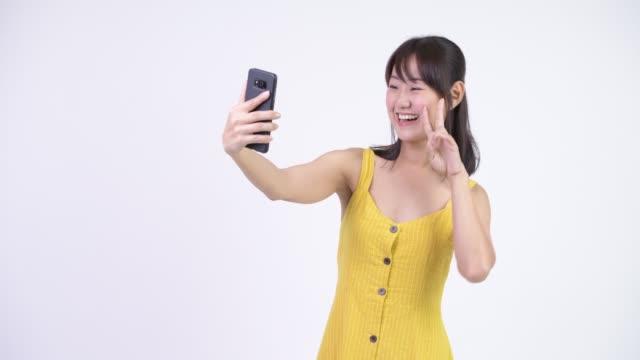 Sorriso asiático bonito feliz da mulher - vídeo