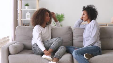 vidéos et rushes de mère et descendant africains heureux de meilleurs amis parlant à la maison - parents