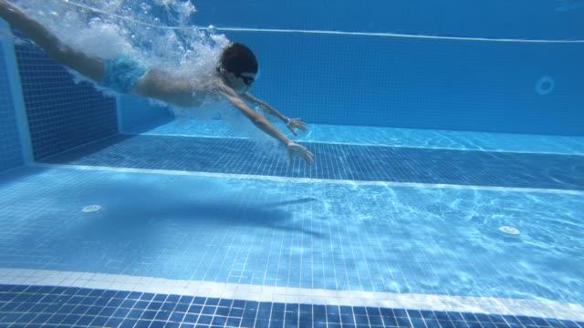 stockvideo's en b-roll-footage met gelukkige jongen sprong in zwembad - swimmingpool kids
