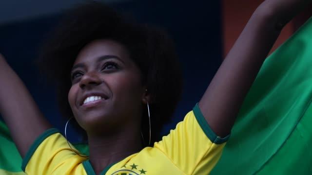 サッカーの試合で祝う幸せブラジル ファン - ブラジル文化点の映像素材/bロール