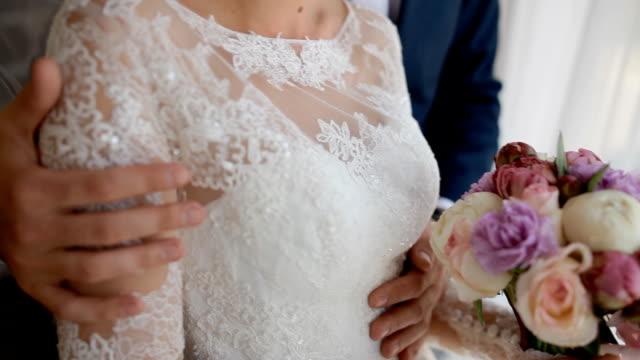 ハッピー新郎新婦スタンド窓の近く - 結婚式点の映像素材/bロール