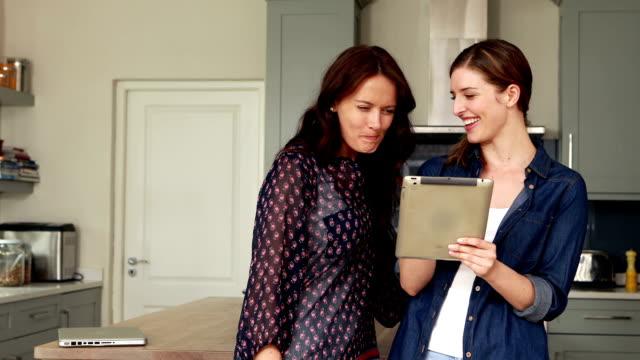 행복함 brunettes 태블릿을 사용하여 - 20 29세 스톡 비디오 및 b-롤 화면