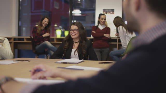 happy business people - служащая стоковые видео и кадры b-roll
