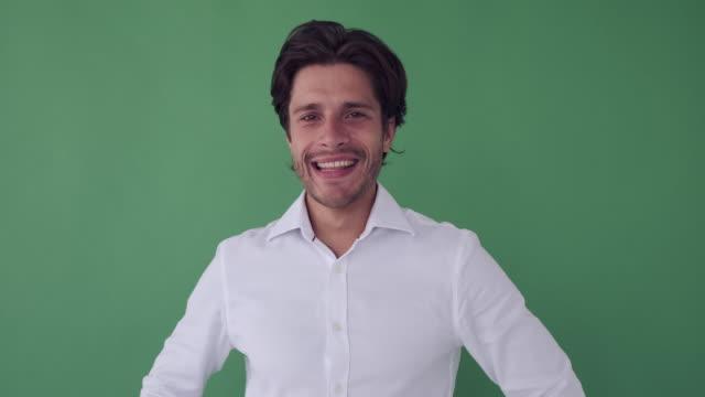 happy businessman over green background - mani sui fianchi video stock e b–roll