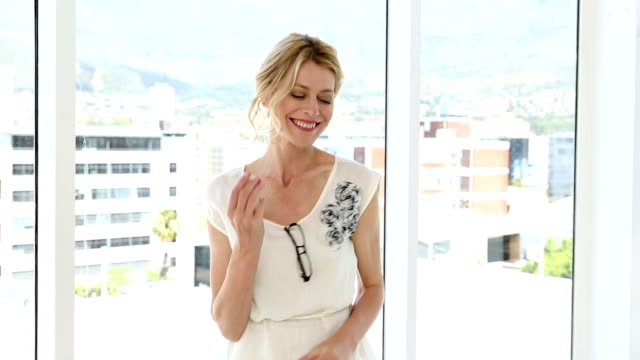 vidéos et rushes de heureuse femme d'affaires de danse - 40 44 ans