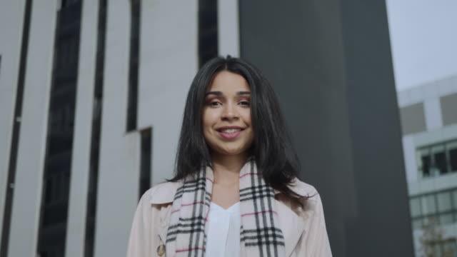 happy businesswoman looking at camera on street. business lady smiling outdoors - brązowe włosy filmów i materiałów b-roll