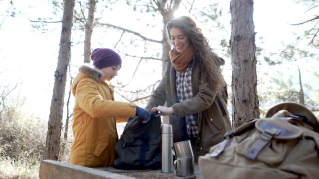 vídeos de stock e filmes b-roll de happy campers - mochila saco