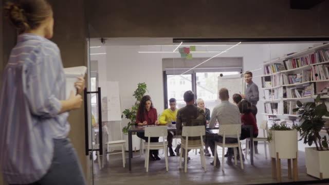 team di lavoro occasionale felice in riunione - abbigliamento casual video stock e b–roll