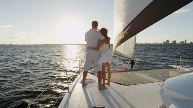 vídeos y material grabado en eventos de stock de feliz pareja caucásica de lujo vela yate vacaciones - yacht