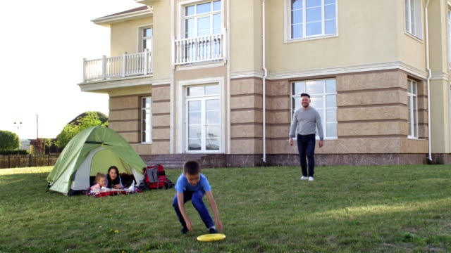 happy caucasian family having fun in their back yard - качество стоковые видео и кадры b-roll