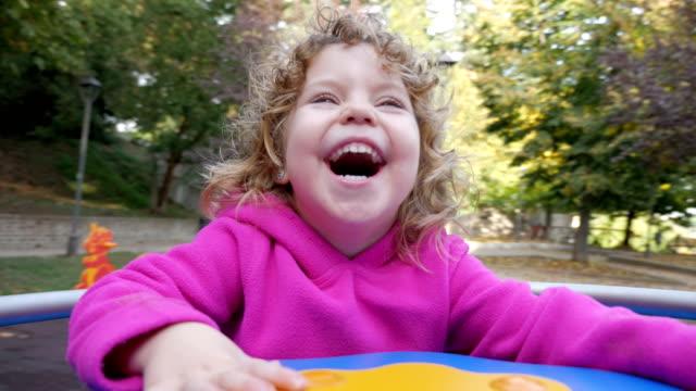 glückliches kind auf einem karussell - kind schaukel stock-videos und b-roll-filmmaterial