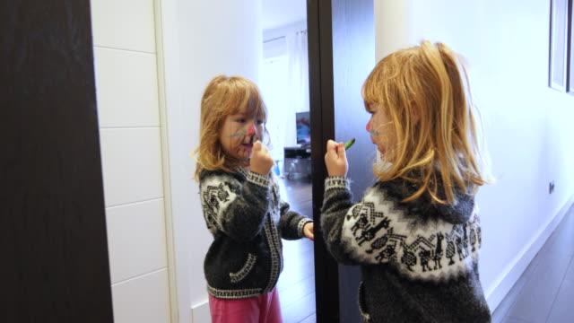 鏡を見て顔を絵画幸せな子 ビデオ