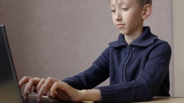 lyckligt barn arbetade på den bärbara datorn online - linjerat papper bakgrund bildbanksvideor och videomaterial från bakom kulisserna