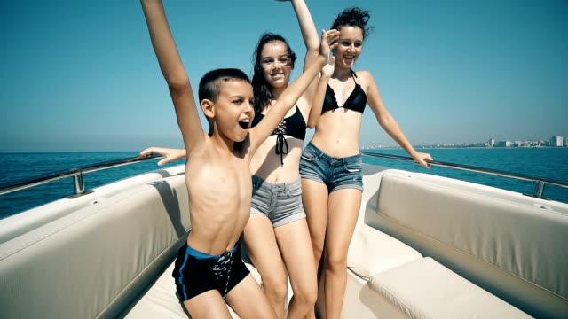 vídeos de stock, filmes e b-roll de crianças felizes que têm um partido em uma dança luxuosa do barco em slow motion - marina