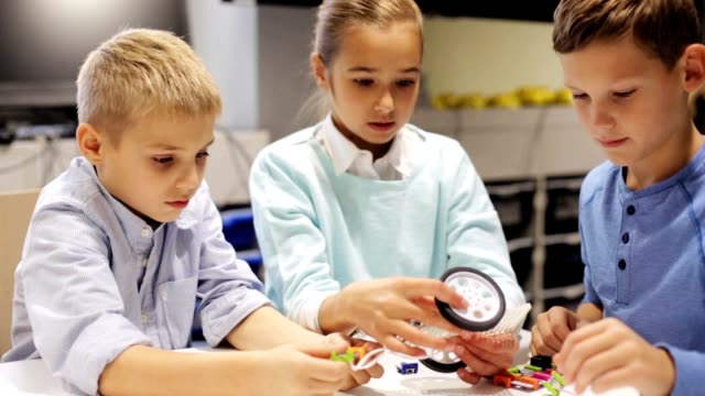 bambini felici che imparano alla scuola di robotica - preadolescente video stock e b–roll