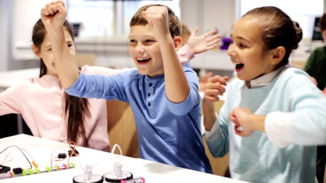 mutlu çocuk robotik okulda öğrenme - estonya stok videoları ve detay görüntü çekimi