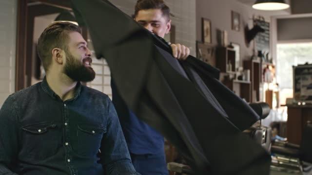 Cliente contento en peluquería - vídeo
