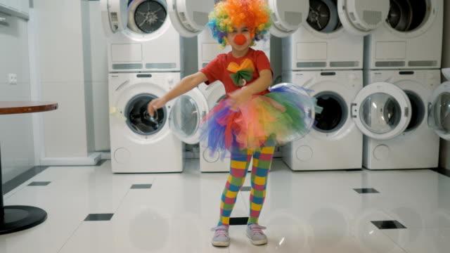 vídeos de stock e filmes b-roll de happy clown little girl dancing and have fun in the laundry room. little child clown enjoying dance, having fun together, party. floss dance viral, flossing. - crianças todas diferentes