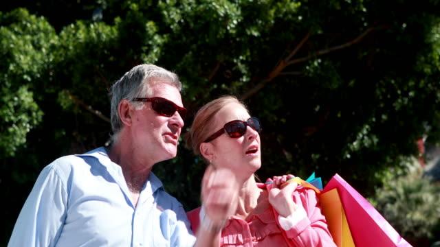 행복함 커플입니다 채팅 및 둘러봄 쥠 장보기를 수하물 - 이성 커플 스톡 비디오 및 b-롤 화면