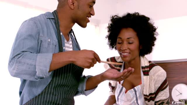 vídeos de stock e filmes b-roll de casal feliz cozinhar alimentos em - cooker happy