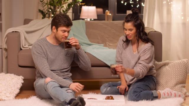 vídeos y material grabado en eventos de stock de pareja feliz tomando café en casa - cola gaseosa