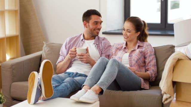 gelukkig paar drinken koffie verhuizen naar nieuw huis video