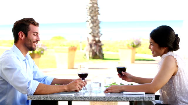 幸せなカップルのお客様にロマンティックなお食事を一緒 - パティオ点の映像素材/bロール