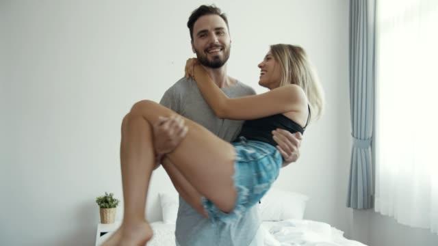 lyckligt par i sovrum - pojkvän bildbanksvideor och videomaterial från bakom kulisserna