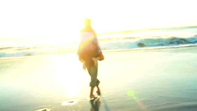 Glückliches Paar in Liebe auf dem Strand – Video