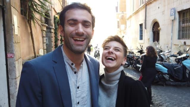 vídeos de stock, filmes e b-roll de pares felizes em roma que sorri na câmera - sul europeu