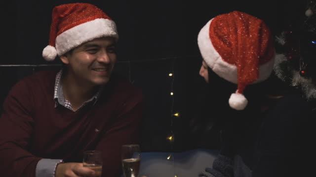 glückliches paar liebhaber party und jubelt mit champagner zusammen auf weihnachtsessen im speisesaal zu feiern - champagner toasts stock-videos und b-roll-filmmaterial