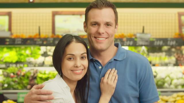 stockvideo's en b-roll-footage met happy couple portriat - infaden