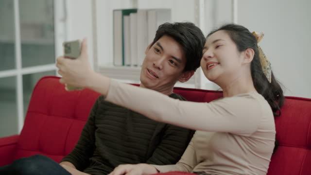 키와 함께 새로운 집 밖에 서 행복한 부부 - home 스톡 비디오 및 b-롤 화면