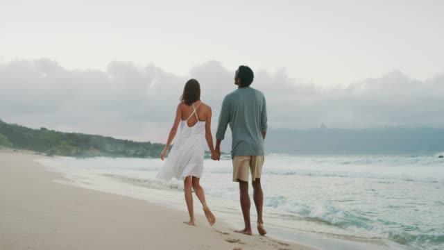 vidéos et rushes de l'heureux couple promenez-vous sur la plage - rendez vous amoureux
