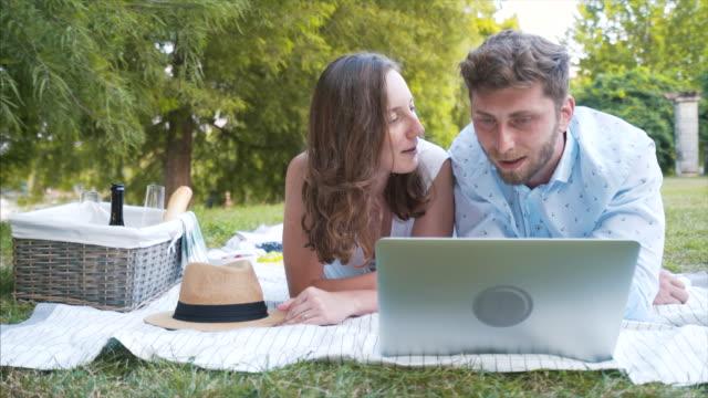Pareja feliz usando laptop. - vídeo