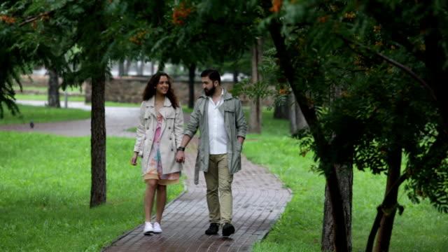 happy couple - gå tillsammans bildbanksvideor och videomaterial från bakom kulisserna