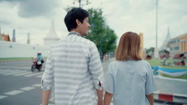 glückliches paar zu fuß und reisen zusammen in thailand - eskapismus stock-videos und b-roll-filmmaterial