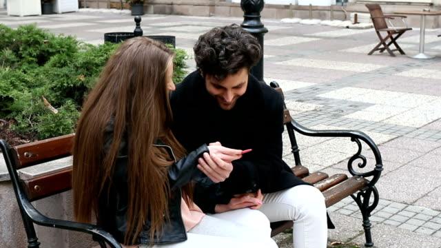 Feliz pareja con la prueba de embarazo - vídeo