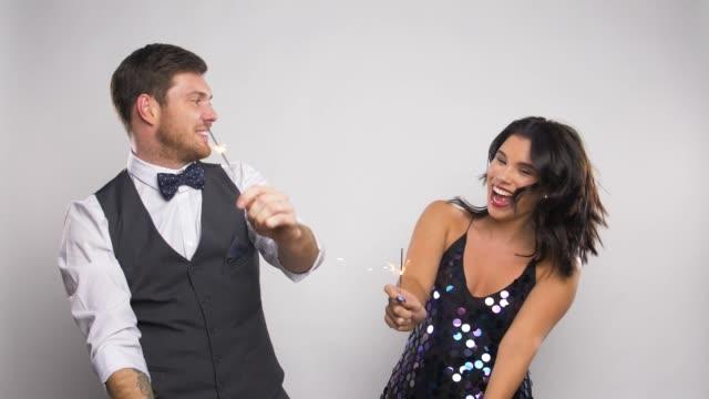 vídeos de stock, filmes e b-roll de casal feliz com estrelinhas dançando na festa - sul europeu